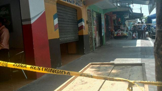 Investigadores protegen escena del crimen de Esquivel Cruz, el ataque armado ocurrió en una baerbería del Barrio San Antonio zona 6. (Foto Prensa Libre: Estuardo Paredes)