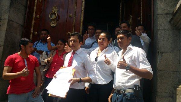 Fridel De León muestra la carta dirigida a Roberto Villate, acompañado de militantes de Líder. (Foto Prensa Libre: Jessica Gramajo)