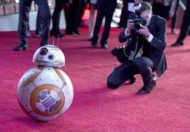 Estrellas desfilan en alfombra en el preestreno de <em>Star Wars.</em>&nbsp;