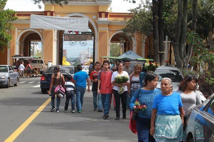 El Cementerio General reúne a miles de familias que llegarán a ofrendar y recordar a sus seres queridos. (Foto Prensa Libre: Estuardo Paredes)