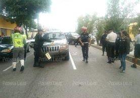 Vehículo implicado en percance permanece retenido por agentes de la PNC en la zona 2 de la capital. (Foto Prensa Libre: Carlos Hernández)