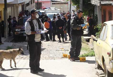 Peritos del   Ministerio Público recogen evidencias sobre una persona que  murió a balazos.