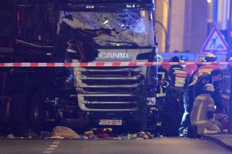 La Policía de Berlín inspecciona el lugar donde ocurrió la tragedia. (Foto Prensa Libre: EFE).