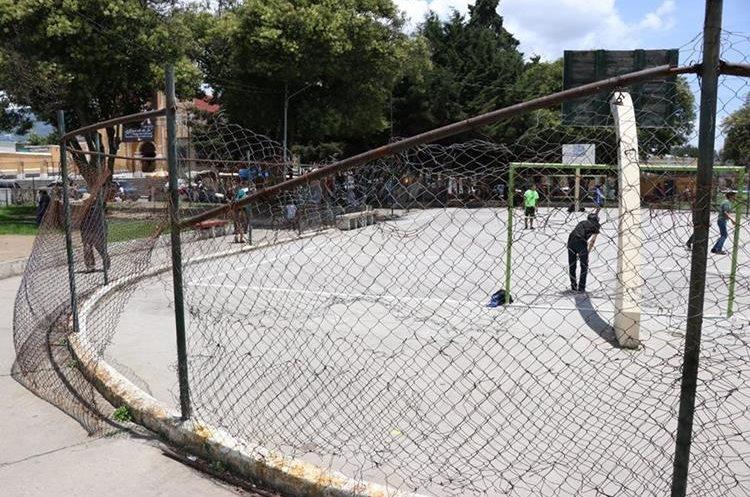 La malla que circula la cancha de futbol y basquetbol está rota. (Foto Prensa Libre: María José Longo)