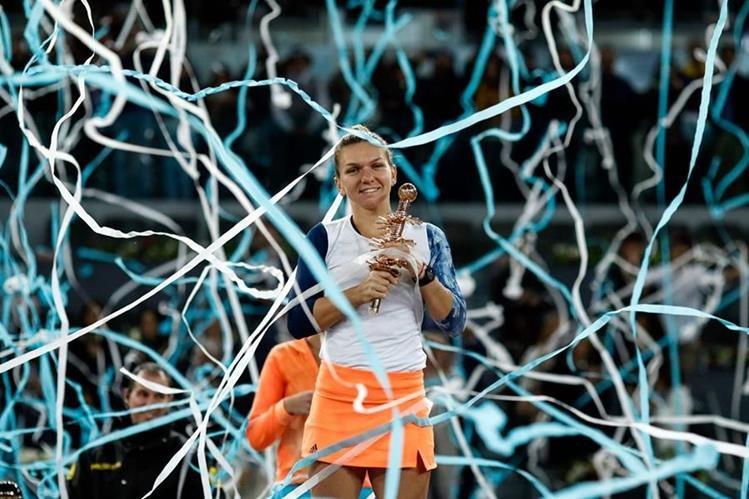 Simona Halep abraza con emoción el trofeo del Abierto de Madrid. (Foto Prensa Libre: AFP)