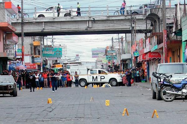 Autoridades y vecinos observan cadáver de  Eulalio García Riz, en la cabecera de Chimaltenango.  (Foto Prensa Libre: Víctor Chamalé)