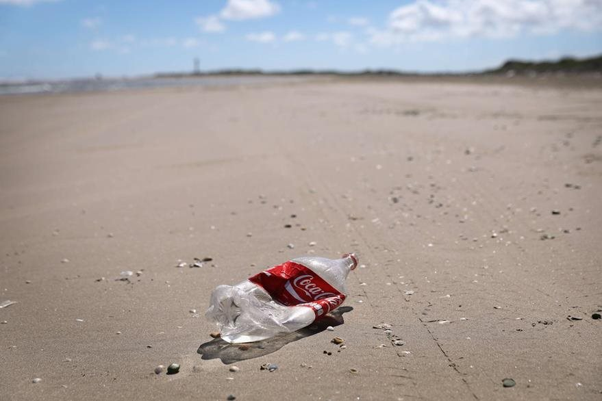 Un envase vacío de refreso de cola cerca del área de Río Grande. (Foto Prensa Libre: AFP).