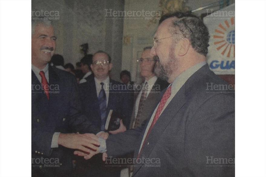 02/10/1998 Fritz García-Gallont celebra la venta de Telgua junto a Ricardo Bueso. (Foto: Hemeroteca PL)
