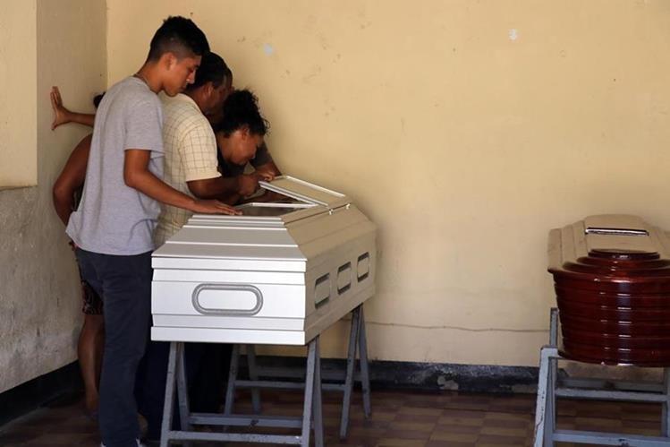 Familiares lloran sobre el féretro de Hugo Leonel, el niño asesinado junto a su madres en Asunción Mita, Jutiapa. (Foto Prensa Libre: Hugo Oliva)