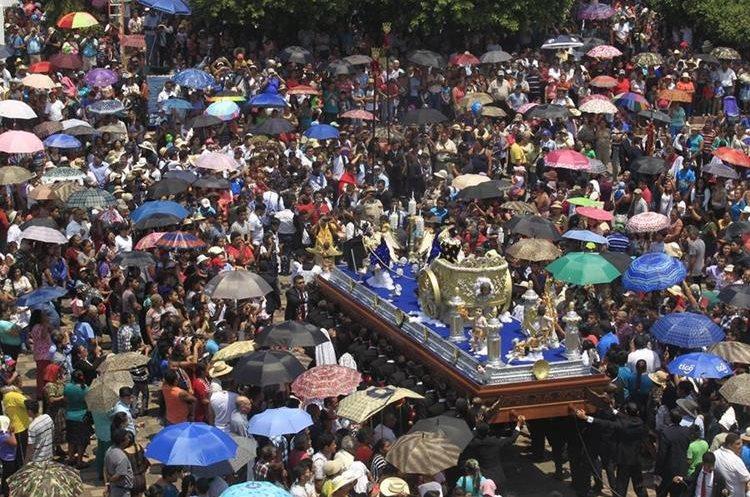 Cientos de feligreses acompañaron el cortejo que resalta la tradicional feria de Amatitlán. (Foto Prensa Libre: Carlos Hernández).