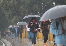 Guatemaltecos sufren accidentes, atascos y atrasos por temporal.