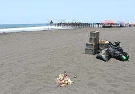Un promontorio de basura quedaba pendiente de recoger el lunes en la playa del Puerto San José, Escuintla. (Foto Prensa Libre: Enrique Paredes)