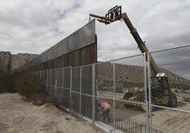 Foto del 10 de noviembre del 2016 cuando empleados levantaron una valla más alta entre la zona fronteriza entre México y EE. UU. separando las ciudades de Anapra, México y Sunland Park. (Foto Prensa Libre: AP).