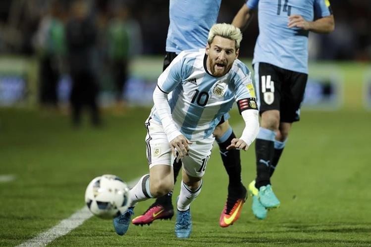 Messi fue uno de los jugadores que recibió más falta en el juego contra Uruguay. (Foto Prensa Libre: Cortesía AP)