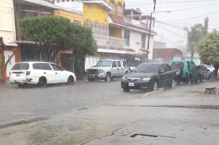 Calle anegada en la zona 12. Foto Prensa Libre: @grace_amar88<br />