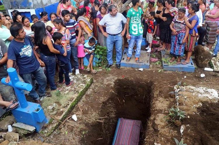 Vecinos dieron el último adiós a primera víctima del temblor del miércoles. (Foto Prensa Libre: Rolando Miranda)