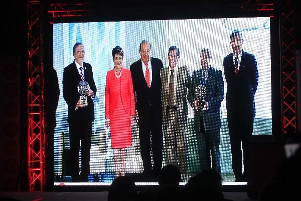 <p>Carlos Slim, multimillonario empresario mexicano, entrega  premio a Juan Carlos Verdugo, de MedicusMundi Guatemala, ayer, en México.</p>