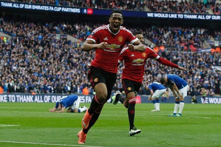 El francés Anthony Martial, festeja tras anotar el gol que le dio la clasificación al Machester United. (Foto Prensa Libre: AFP).