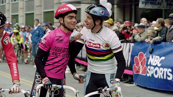 Raúl Alcalá con el legendario Greg LeMond en una de las carreras del Tour de Trump en 1990. GETTY