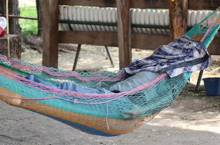 El cadáver de la víctima quedó en la hamaca donde se encontraba descansando. (Foto Prensa Libre: Mario Morales)