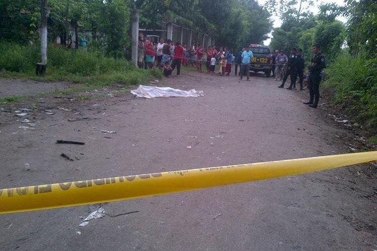 Agentes policiales resguardan escena del crimen en la aldea Los Encuentros, Coatepeque. (Foto Prensa Libre: CBMD)