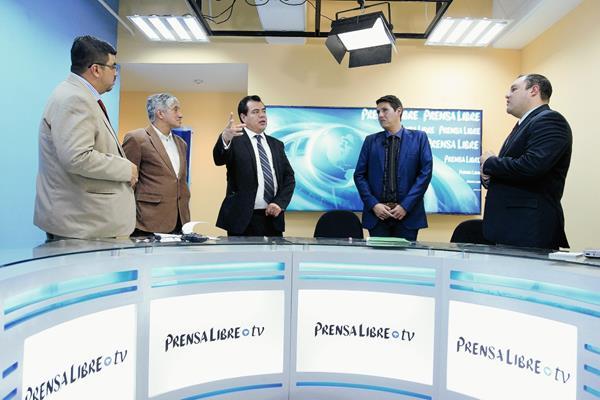 Alberto González, analista económico; Carlos Ruiz, Secretario del MP y Óscar Schaab, fiscal contra la Impunidad conversan con los periodistas Urías Gamarro y Antonio Barrios. (Foto Prensa Libre: E. Bercián)
