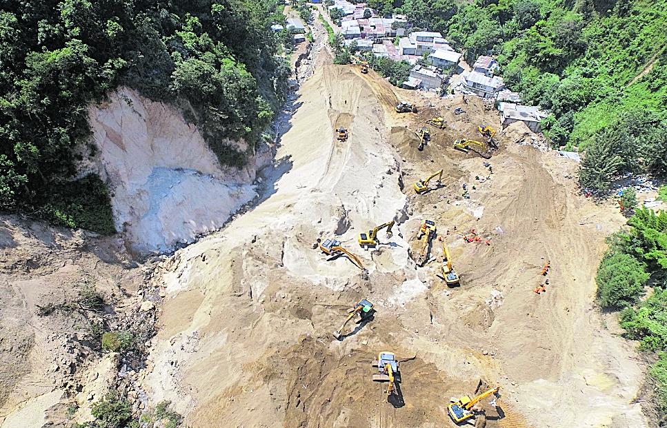 Hace dos años, un cerro sepultó varias casas en El Cambray 2, Santa Catarina Pinula. El resultado fue dramático, pues más de 200 personas perdieron la vida. (Foto Hemeroteca PL)