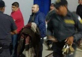 Momento en el que son trasladados los reos a Matamoros, Eduardo Villatoro Cano alias Guayo Cano y Howar Barillas. (Foto Prensa Libre: Sistema Penitenciario)