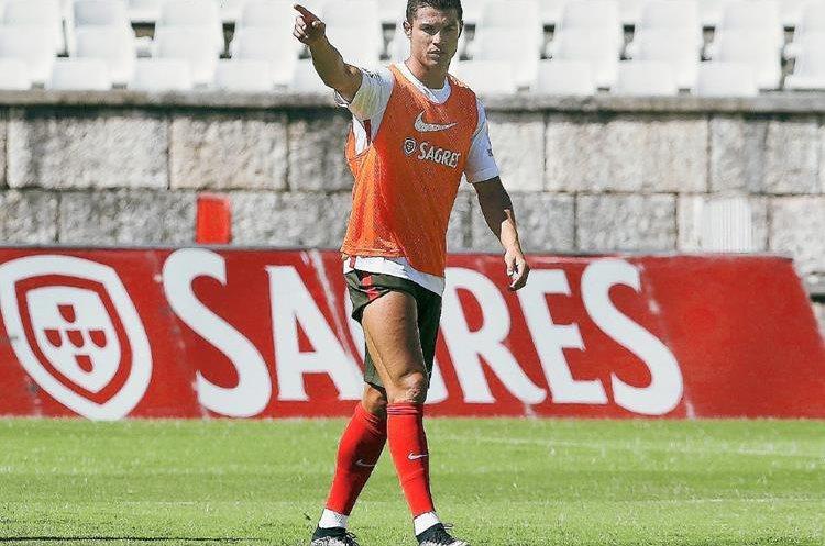 Cristiano Ronaldo calienta previo a la sesión de entrenamiento de la selección portuguesa. (Foto Prensa Libre: EFE)