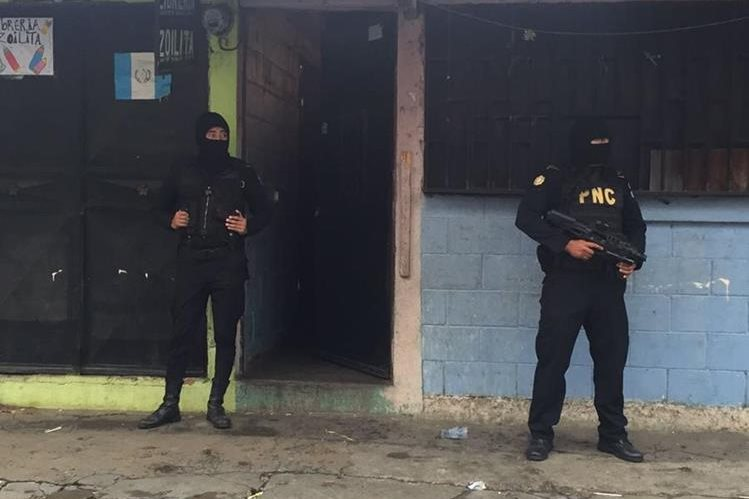 Agentes de la PNC resguardan viviendas allanadas durante operativos en Guatemala, Escuintla y Santa Rosa. (Foto Prensa Libre: PNC)