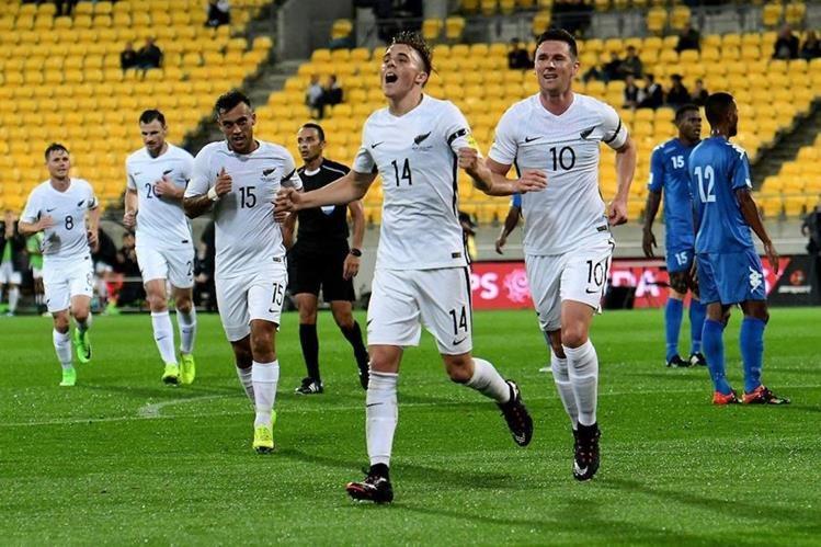 Ryan Thomas festeja luego de anotar su primer gol internacional con Nueva Zelanda. Thomas guió el triunfo de su selección con un doblete. (Foto Prensa Libre: Twitter Westpac Stadium )