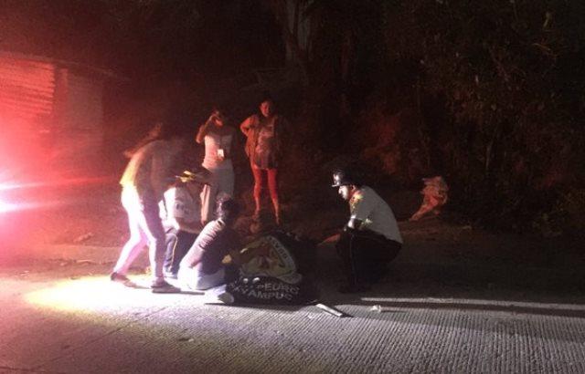 Familiares y amigos lloran junto al cadáver de Brandon Jiménez. (Foto Prensa Libre: CVB)