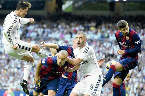 Jugada del último clásico, en donde ganó el Real Madrid (Foto Prensa Libre:AFP)