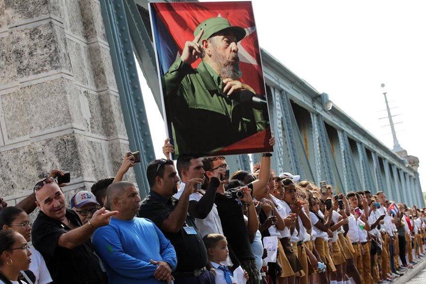 Miles saludan el paso de Castro por Matanzas. (Foto Prensa Libre: EFE).