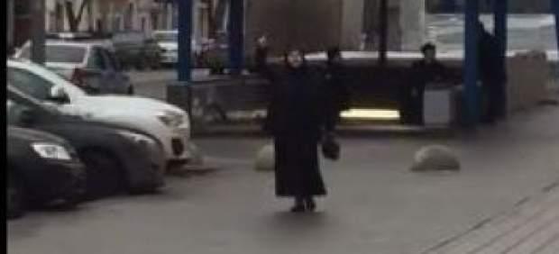 La mujer grita consignas yihadistas en el metro de Moscú