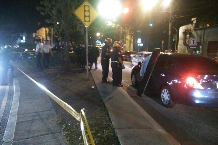 El cuerpo del médico quedó dentro de su vehículo. (Foto Prensa Libre: Carlos Hernández)