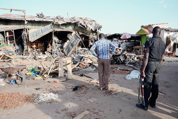 Dos terroristas suicidas atentaron en un estacionamiento cercano a un mercado en Maiduguri, donde murieron más de 20 personas.(Foto Prensa Libre:AFP).