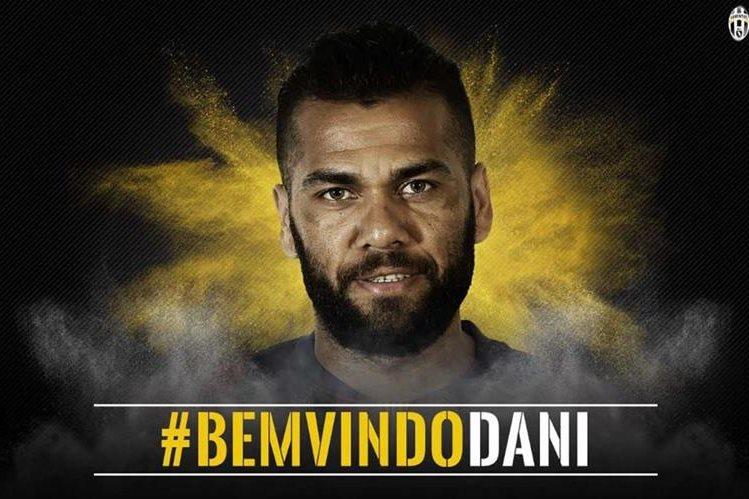 El brasileño Dani Alves firmó su contrato con la Juventus de Turín por dos temporadas. (Foto Prensa Libre: Juventus)