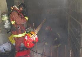 Una persona falleció dentro de la vivienda a causa del incendio. (Foto Prensa Libre: Estuardo Paredes)