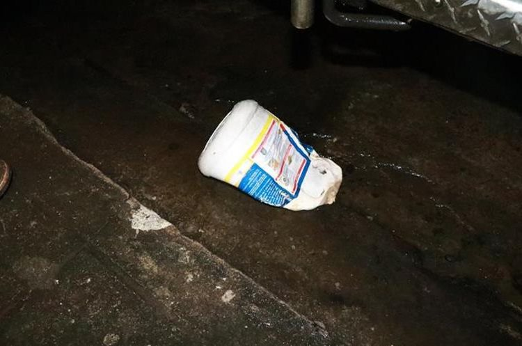El recipiente que las autoridades localizaron que pudo haber sido utilizado para el traslado del combustible. (Foto Prensa Libre: Cristian I. Soto)