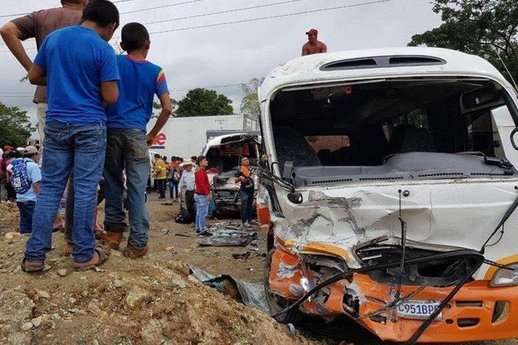 Curiosos observan los dos vehículos accidentados en Izabal. (Foto Prensa Libre: Dony Stewart).