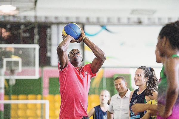 El atleta jamaiquino Usain Bolt, durante su visita a Vila Olímpica da Mangueira en la ciudad de Río de Janeiro. Bolt se encuentra en la ciudad carioca para participar del desafío Mano a Mano en la carrera de 100 metros del próximo domingo. (Foto Prensa Libre: EFE)