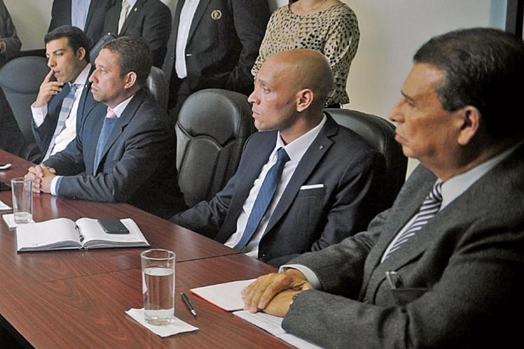 Dennis Alonzo, presidente de la CDAG, derecha, solicitó un amparo para evitar finiquito y que Luis Madrid, a su lado, pueda optar al cargo de presidente del Comité Ejecutivo de la entidad. (Foto Prensa Libre: Hemeroteca PL)