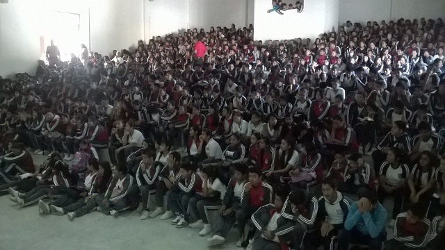 "Escolares de una escuela de Michoacán reciben una charla sobre ""bullying"". Foto: CEDH Michoacán)."