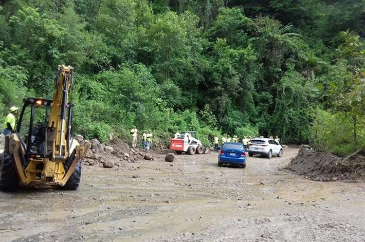 Vehículos comenzaron a circular por el cerro Lec, y las lluvias continúan. (Foto Prensa Libre: Ángel Julajuj)