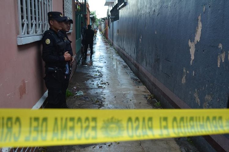 PNC acordona el callejón en el que fue localizado un feto. (Foto Prensa Libre:Jorge Tizol)
