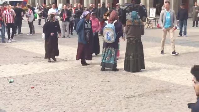 Las mendigas rumanas fueron humilladas en la Plaza Mayor de Madrid. (Foto: Youtube).