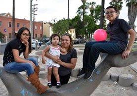 Hermanos guatemaltecos celebran haber conseguido asilo en EE.UU. tras años de vivir con temor de ser deportados. (Foto Prensa Libre: EFE)
