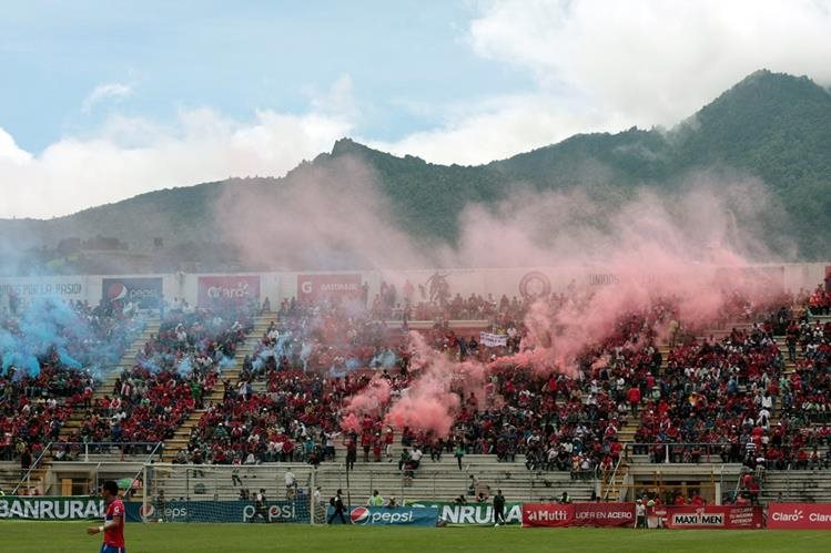 El rojo y azul encendió la alegría en el Mario Camposeco, donde Xelajú MC se impuso 2-0 a Suchitepéquez. (Foto Prensa Libre: Carlos Ventura)