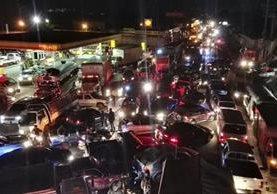 El tráfico vehicular quedó paralizado en el km 49 de la ruta Interamericana, El Tejar, Chimaltenango. (Foto Prensa Libre: Fernando Magzul)